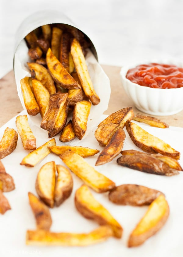 This homemade oven fries recipe is so easy and delicious! They are baked which makes them reasonably healthy and they're seasoned to perfection. Click the photo to get the recipe, they'll be a hit with the whole family!