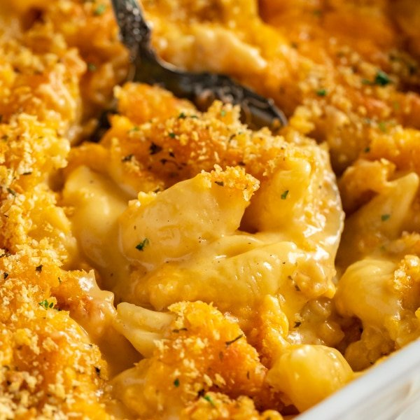 I'm not saying that this is the best baked mac and cheese...but I'm also not saying that it isn't. Creamy, cheesy and decadent without being sickeningly rich, this easy home made mac and cheese recipe with have everyone fighting for seconds!